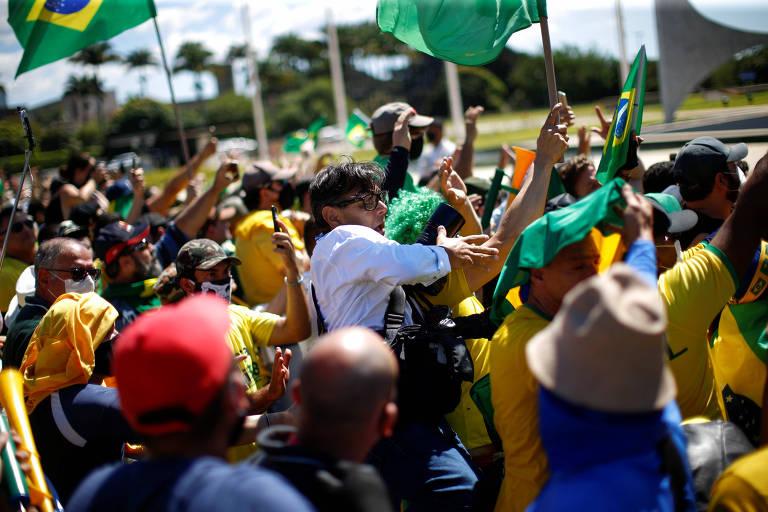 O fotógrafo Dida Sampaio, do jornal O Estado de São Paulo, é agredido por apoiadores do presidente Jair Bolsonaro