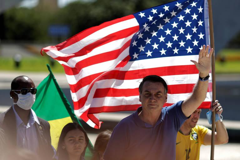 O presidente Jair Bolsonaro acena para apoiadores durante protesto em Brasília contra a quarentena