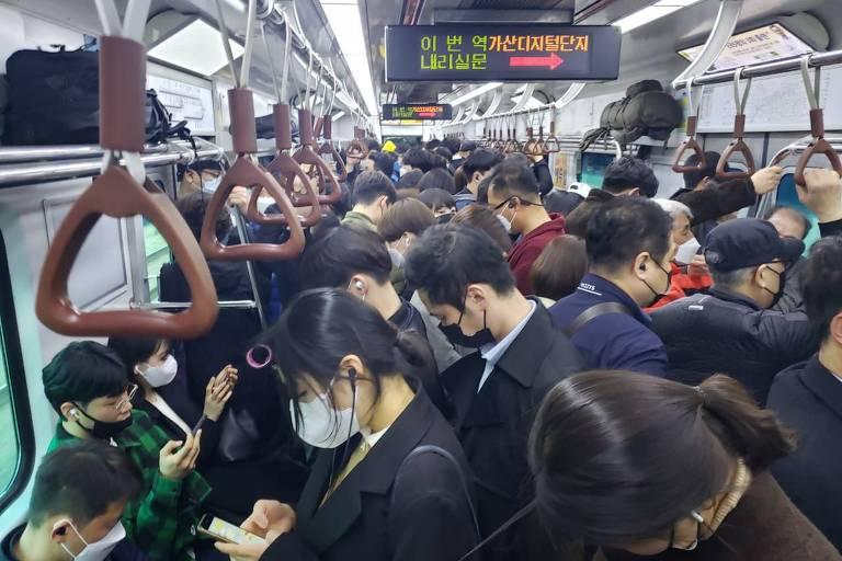 Vagão de metrô lotado em Seul, na Coreia do Sul