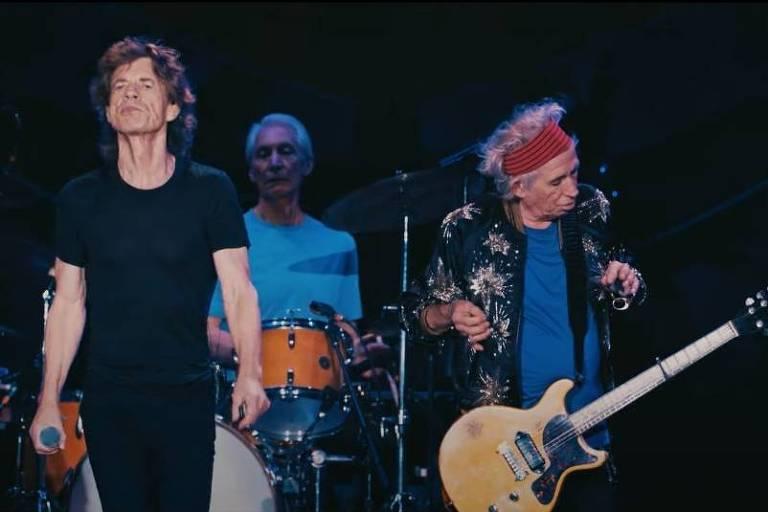 três roqueiros em cima do palco