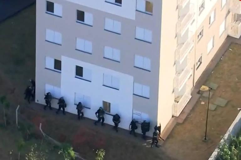 Policiais cercam o conjunto habitacional para conter a ação dos invasores