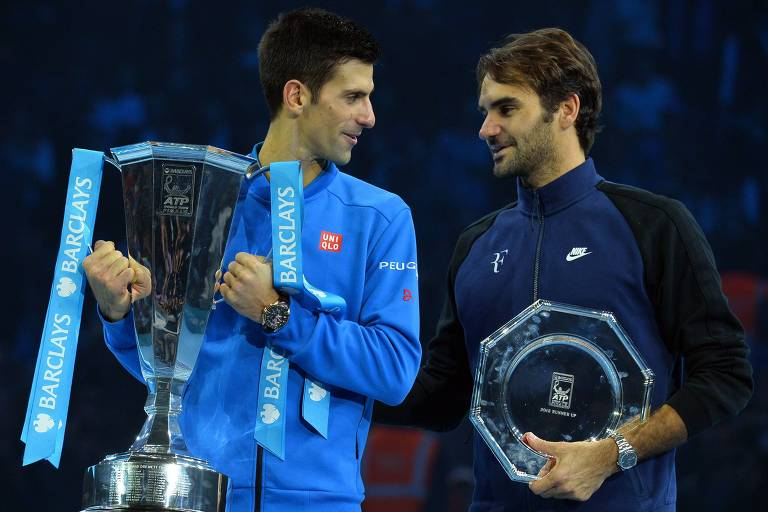 Djokovic segura o troféu de campeão do ATP Finals de 2015, ao bater Federer