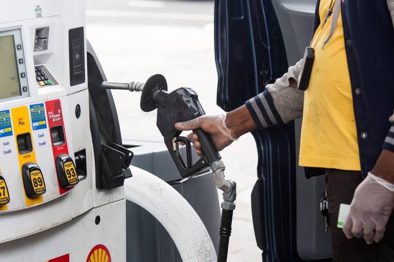 Países produtores de petróleo fecham acordo para aumentar oferta e frear preços