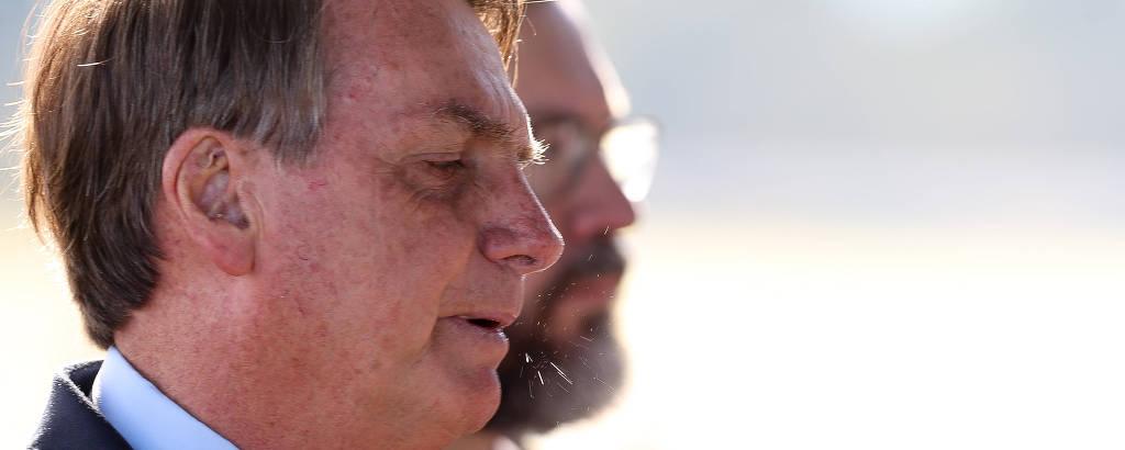 O presidente Jair Bolsonaro fala com apoiadores em frente ao Palácio da Alvorada