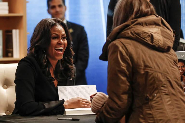 """A ex-primeira-dama Michelle Obama autografa exemplares de sua autobiografia """"Minha História"""", em Chicago, nos Estados Unidos, em 13 de novembro de 2018"""