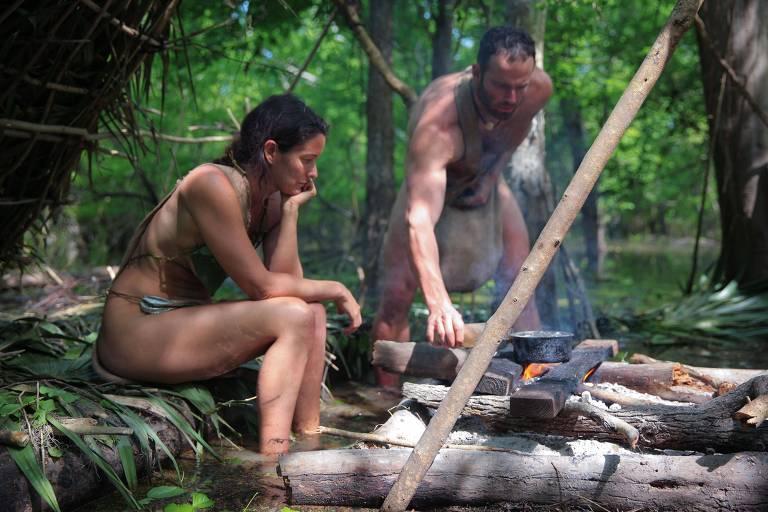 O casal Ky Furneaux, 39, e Billy Berger, 39, participantes do reality show 'Pelados e Largados', em cena do programa, na Discovery Channel Brasil