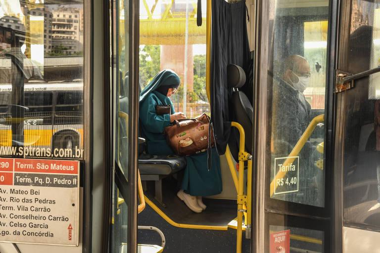 Irmã Teresinha, 69, embarca sem máscara no ônibus no terminal Parque Dom Pedro II