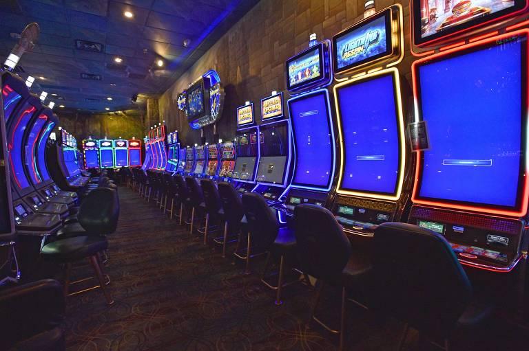 """Máquinas caça-níqueis no modo """"fora de serviço"""" no Emerald Island Casino; extensão da quarentena imposta em Las Vegas deixa cassinos vazios e milhares de desempregados"""