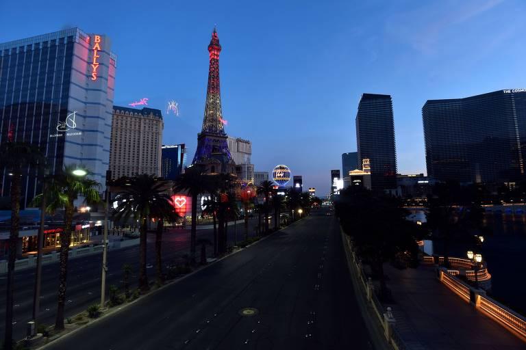 A mundialmente famosa Las Vegas Strip, principal Rua de Las Vegas, é vista sem movimento na medida que cassinos permanecem fechados ante a crise do coronavírus