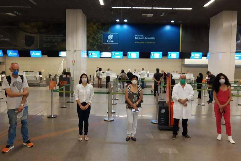 Profissionais de grupo recebem do Corpo de Bombeiros itens de lembrança do aeroporto de Brasília antes do embarque a Manaus. Este e o primeiro grupo de médicos, enfermeiros e técnicos de enfermagem que seguem de outros estados para atuar em Manaus