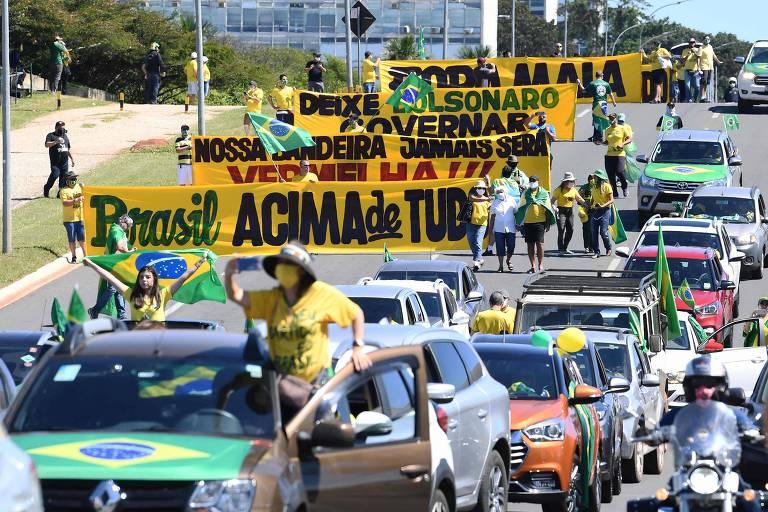 Apoiadores do presidente Bolsonaro protestam contra o Congresso e o Supremo Tribunal Federal em Brasília