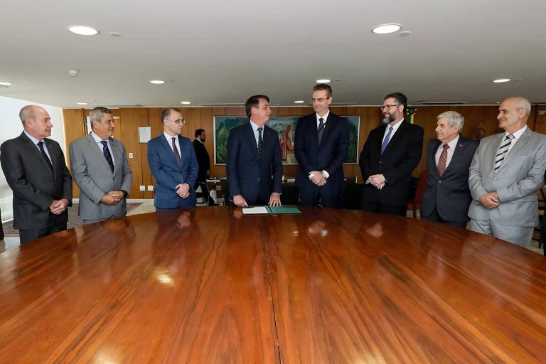 Bolsonaro e Souza na posse do novo diretor da PF, ladeados por Azevedo (Defesa), Braga Netto (Casa Civil), Mendonça (Justiça), Araújo (Itamaraty), Heleno (Segurança Institucional) e Ramos (Secretaria de Governo)
