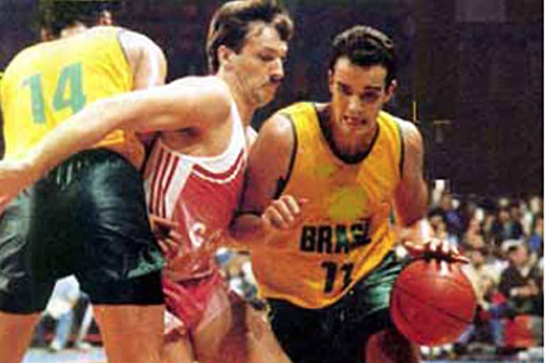 Marcel (com a camisa 11), passa por jogador soviético nas quartas de final da Olimpíada de Seul, em 1988