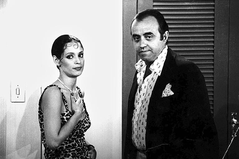 """A atriz Sônia Braga e o ator Mauro Mendonça durante a gravação da novela """"Dancin' Days"""""""