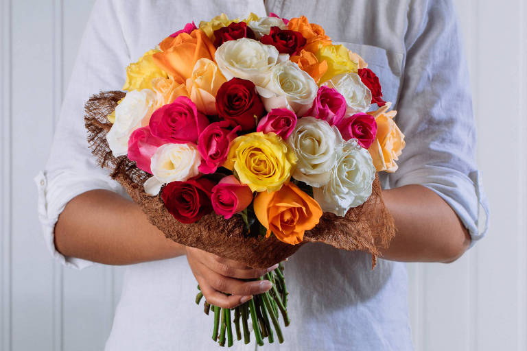 Buquê Especial, com 40 rosas nacionais coloridas, é opção do Flores Online para o Dia das Mães