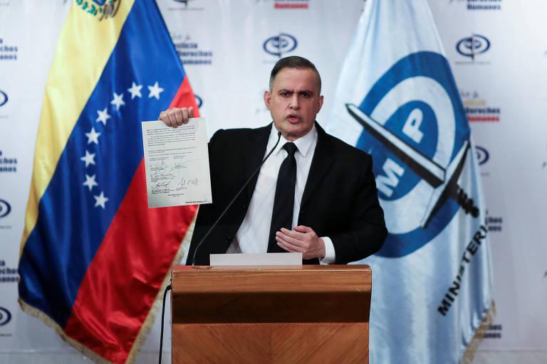 O procurador-geral da Venezuela, Tarek William Saab, mostra foto com o que ele afirma ser o contrato assinado por Juan Guaidó com mercenários