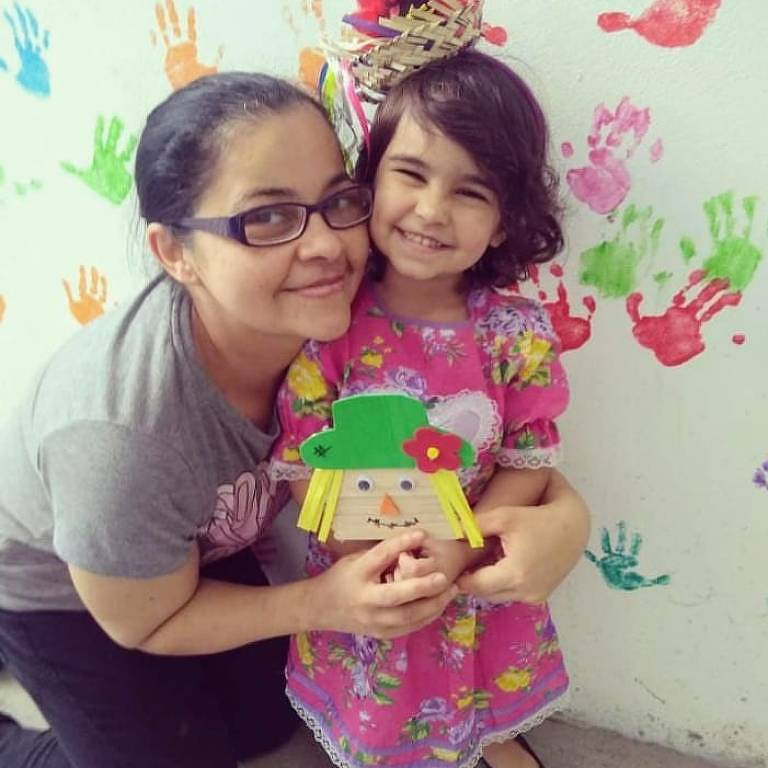 A camareira Vanda Margarida da Silva Idelfonso, com a neta Laura, recuperou-se do novo coronavírus após 21 dias de isolamento em casa