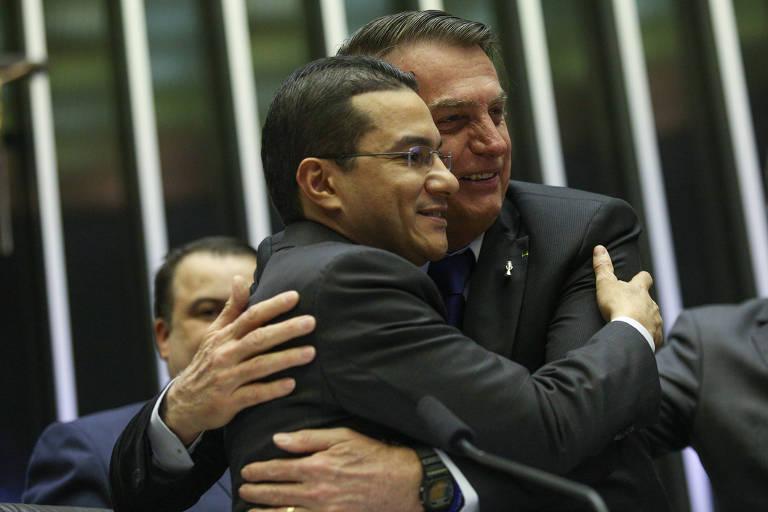 O presidente Jair Bolsonaro abraça o deputado Marcos Pereira, do Republicanos, em sessão solene pelos 42 anos da Igreja Universal, no ano passado