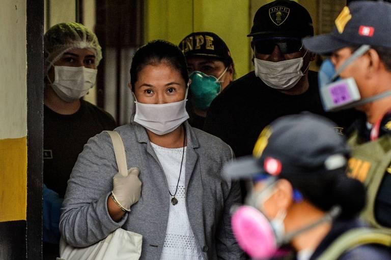 Keiko Fujimori veste máscara ao deixar a prisão em Lima, no Peru, nesta segunda (4)