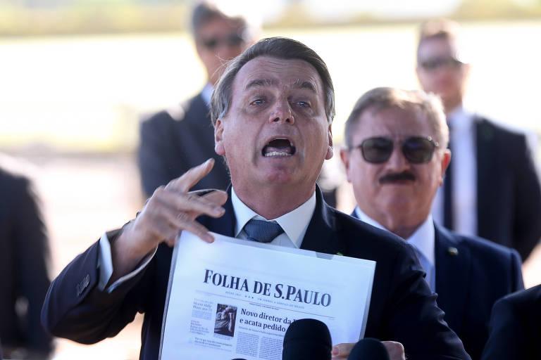 Com a manchete da Folha na mão, Bolsonaro manda jornalista calar a boca