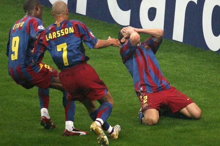 Belletti (à dir.) comemora o gol da virada do Barcelona contra o Arsenal, na final da Champions 2005/2006