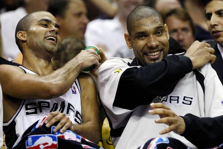 Tony Parker (esq.) e Tim Duncan, duas das estrelas dos Spurs campeões em 2007