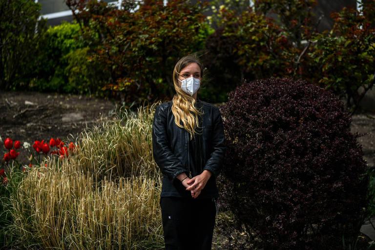 A médica Rachel Easterwood ao lado do NewYork-Presbyterian Allen Hospital, em Manhattan