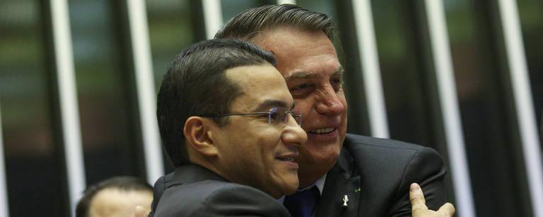 Jair Bolsonaro abraça Marcos Pereira no parlatório da Câmara