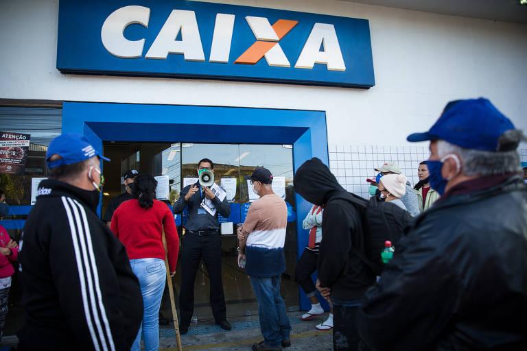 Trabalhadores madrugam em frente às agências da Caixa