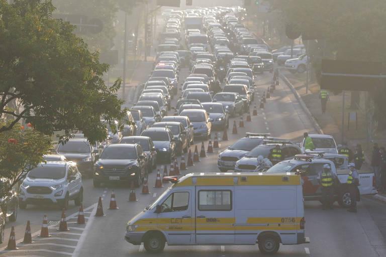 Bloqueio da Secretaria Municipal de Transportes na avenida Radial Leste, no sentido bairro/centro, na altura do Viaduto Bresser, provoca grande congestionamento