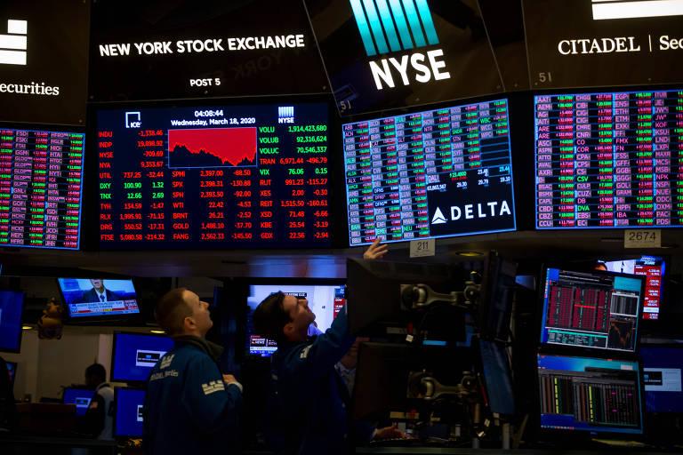Funcionários trabalham na Bolsa de Valores de Nova York; demanda de investidores por renda variável cresceu devido às baixas taxas de juros