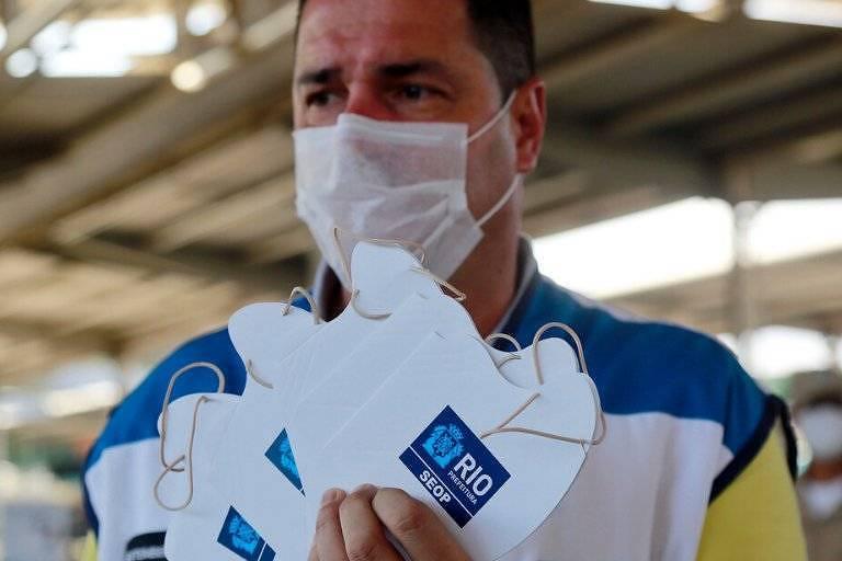 Prefeitura do Rio distribui máscaras de papelão em bairros do Rio de Janeiro