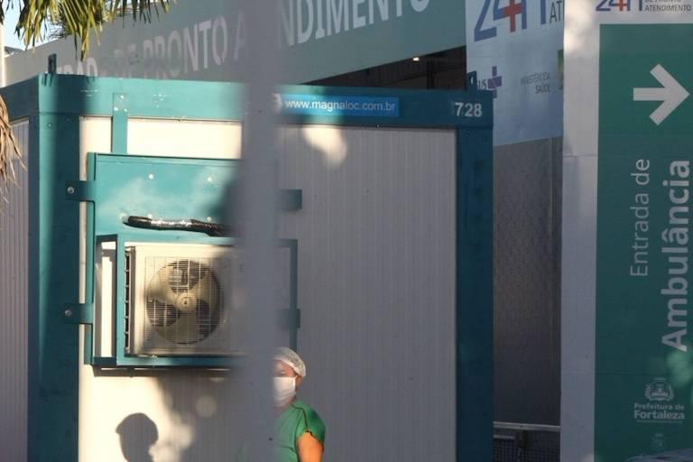 Câmara frigorífica na frente da UPA do bairro Pirambu, em Fortaleza