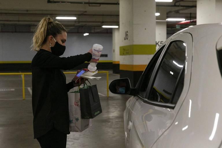 Cliente recebe a compra sem sair do carro, no drive-thru do Shopping Cidade São Paulo