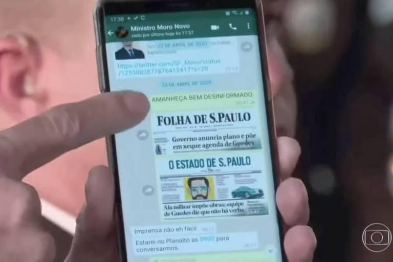 Bolsonaro exibe troca de mensagens com o ex-ministro Sergio Moro, na qual aparecem as capas da Folha e de O Estado de S. Paulo