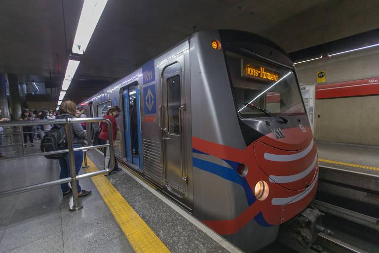Metrô põe máscara em composições para alertar passageiros