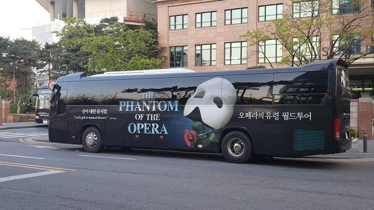 """Ônibus do espetáculo """"O Fantasma da Ópera"""" durante turnê em Seul (Coreia do Sul)"""