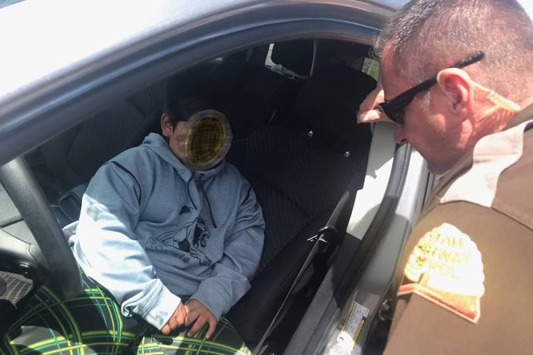 Menino de 5 anos é parado pela polícia em Utah (EUA) dirigindo o carro dos pais