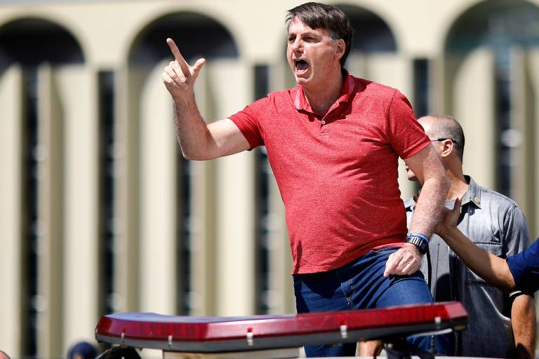 Jair Bolsonaro discursa a apoiadores que protestam contra quarentena
