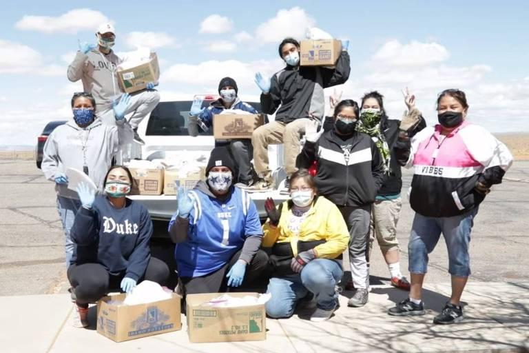Voluntários da tribo Navajo organizam campanha de doações para enfrentar a pandemia