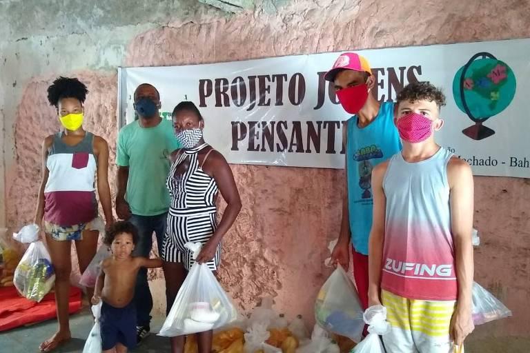 Família com cestas básicas doadas pela Associação Emilia Machado em Salvador