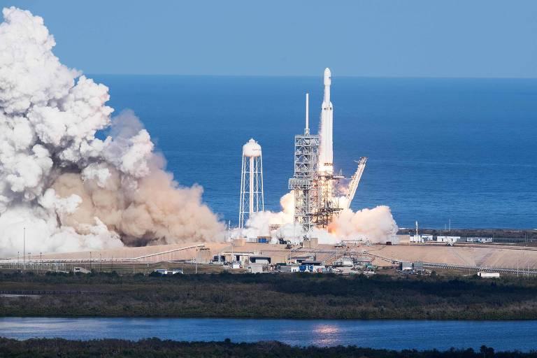 O foguete Falcon Heavy, da americana SpaceX, decola em voo experimental na Flórida, em 2018