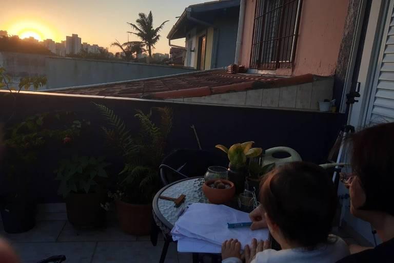 Nuno, 1, desenha o pôr do sol com sua avó, Maria Emília Fernandes