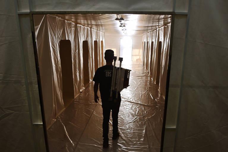 Montagem de hospital de campanha em Campinas (SP), que não deve ter início de reabertura, segundo governo do estado