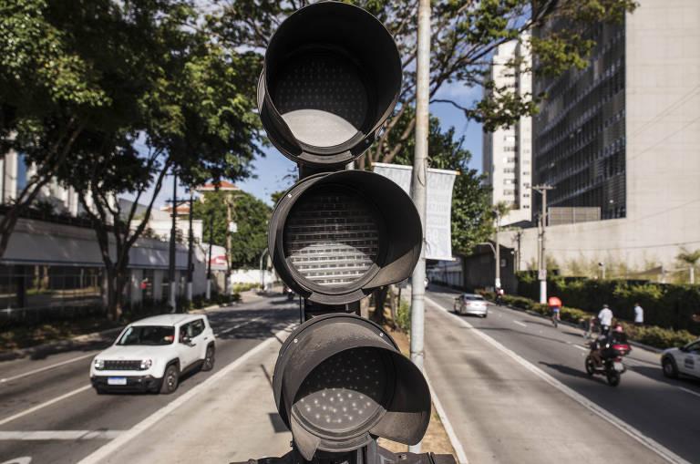Em média, 13 semáforos são danificados por dia na capital paulista, segundo dados da CET-SP (Companhia de Engenharia de Tráfego de São Paulo)