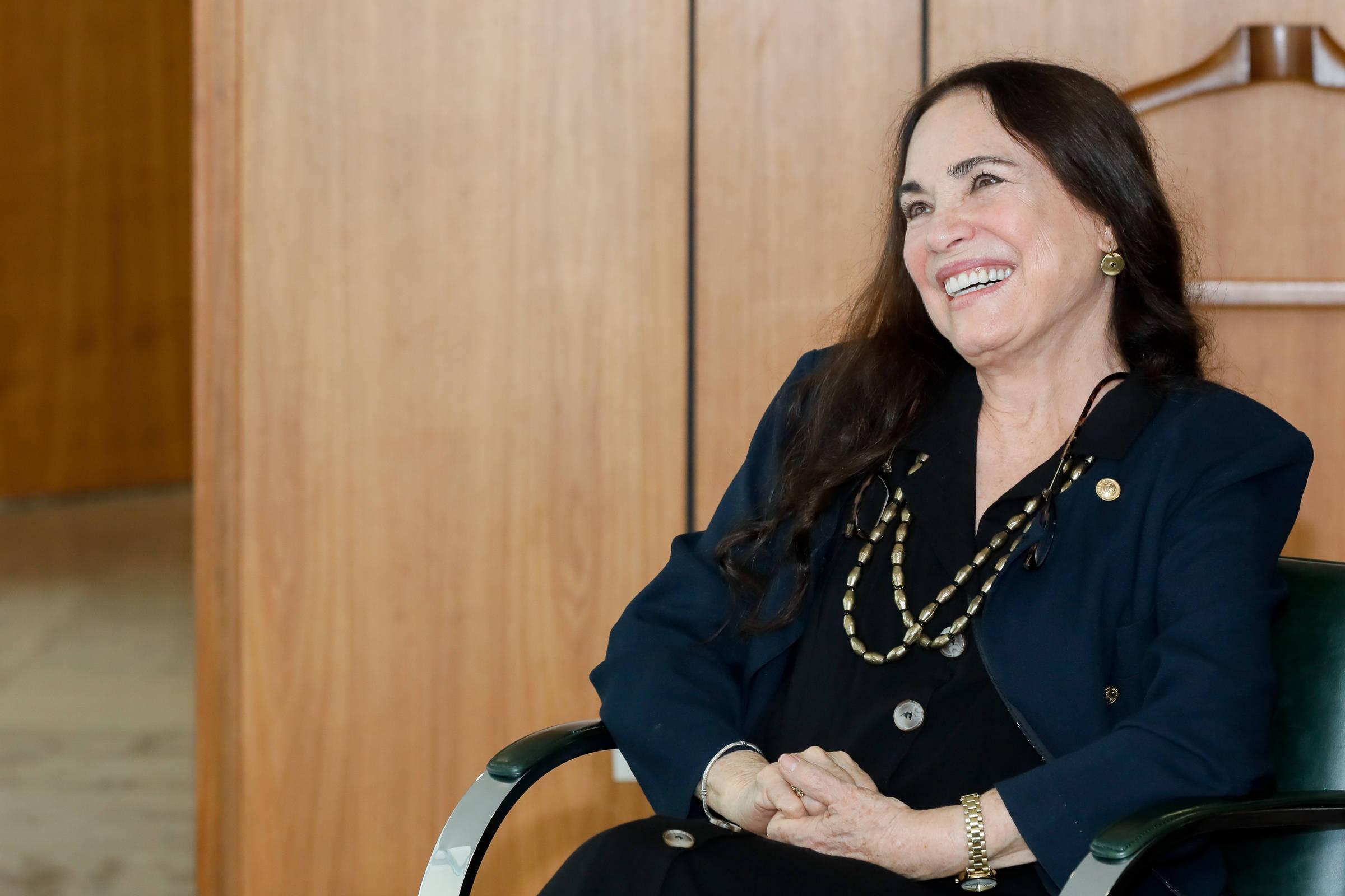 Regina Duarte dá chilique ao vivo na TV ao ouvir críticas à sua gestão