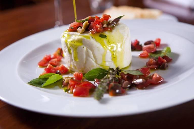 Burrata com azeitonas, tomates, raspas de limão-siciliano e pesto do menu da Casa Santo Antônio para o Dia das Mães