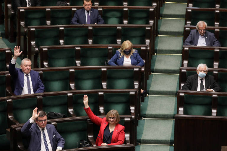 Membros do Parlamento polonês participam de sessão vestindo máscaras e respeitando as regras de distanciamento social nesta quarta-feira (6)