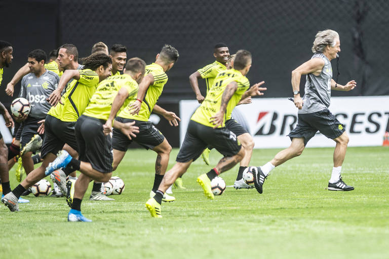 Jogadores do Flamengo correm em treino antes da final da Libertadores, em Lima, no Peru