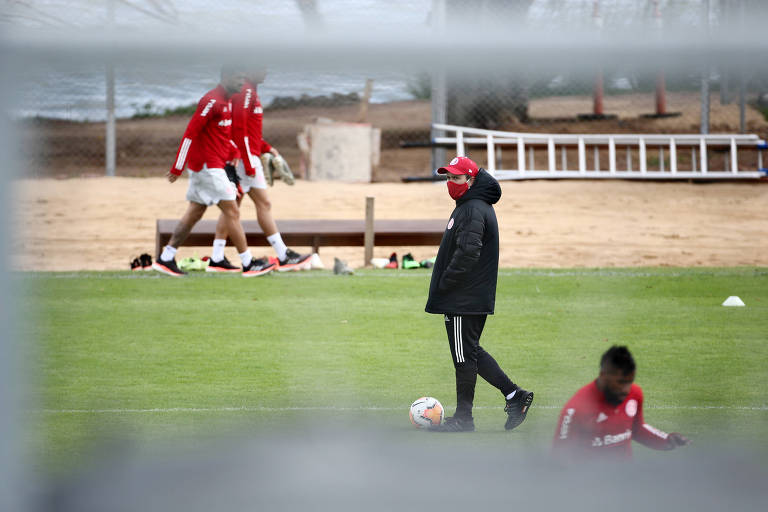 O técnico do Internacional, Eduardo Coudet, comanda atividade de máscara no CT do clube